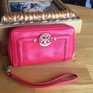 Tory Burch read wristlet excellent condition wow